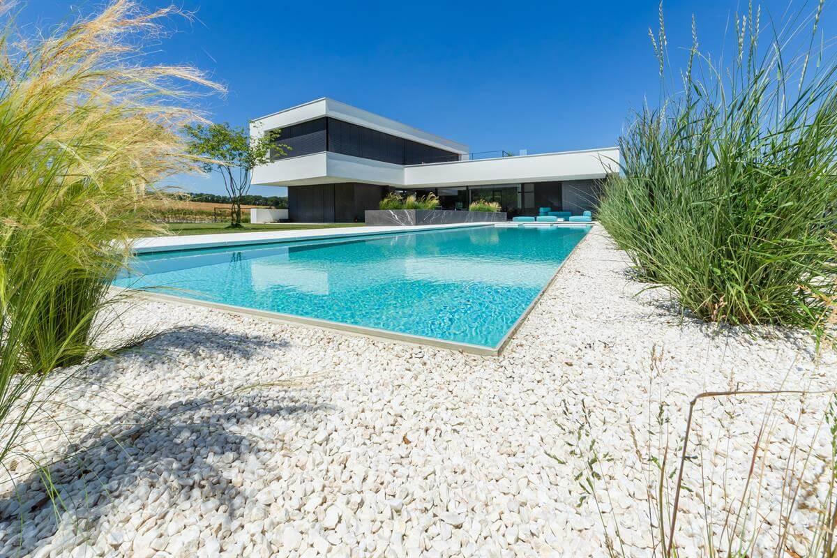 Living-Pool mit verschiedenen Elementen