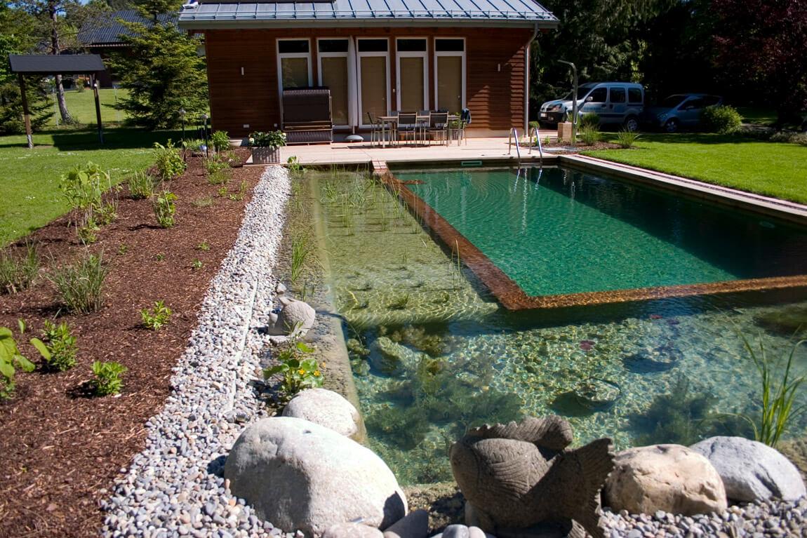 Schwimmteich mit Holzelementen